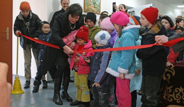 Inaugurazione dello studio dentistico con il tradizionale taglio del nastro.