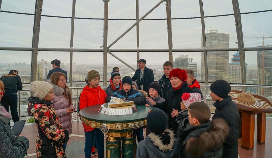Lo stampo dorato della mano destra del presidente Nursultan Nazarbayev